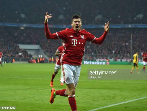 Fussball UEFA Champions League Saison 2016 2017 Achtelfinale FC Bayern Muenchen Arsenal London Jubel Robert Lewandowski