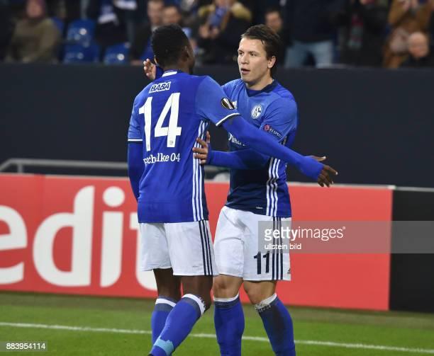 Fussball UEFA Europa League 2016/17 5 Spieltag FC Schalke 04 OGC Nizza Jubel Yevhen Konoplyanka re und Abdul Rahman Baba