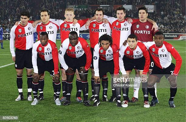 Fussball UEFA Pokal 04/05 Rotterdam Feyenoord Rotterdam FC Schalke 04 21 Teamfoto Rotterdam Hintere Reihe von links Karim SAIDI Patrick PAAUWE Dirk...