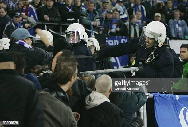 Fussball UEFA Pokal 04/05 Rotterdam Feyenoord Rotterdam FC Schalke 04 21 Polizisten schlagen auf Schalke Fans ein 011204