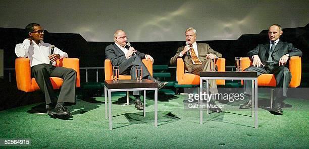 Fussball WM 2006 FIFA Globus Hamburg Diskussionsrunde ' Sport zwischen Tradition und Event' Michael GREEN / HockeySpieler Jochen HIEBER /...