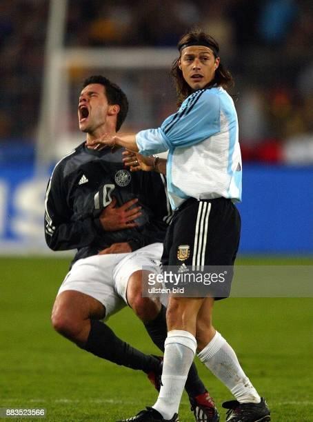 FussballLänderspiel 2002 Deutschland Argentinien Foul von Mittelfeldspieler Matias Almeyda an Mittelfeldspieler Michael Ballack