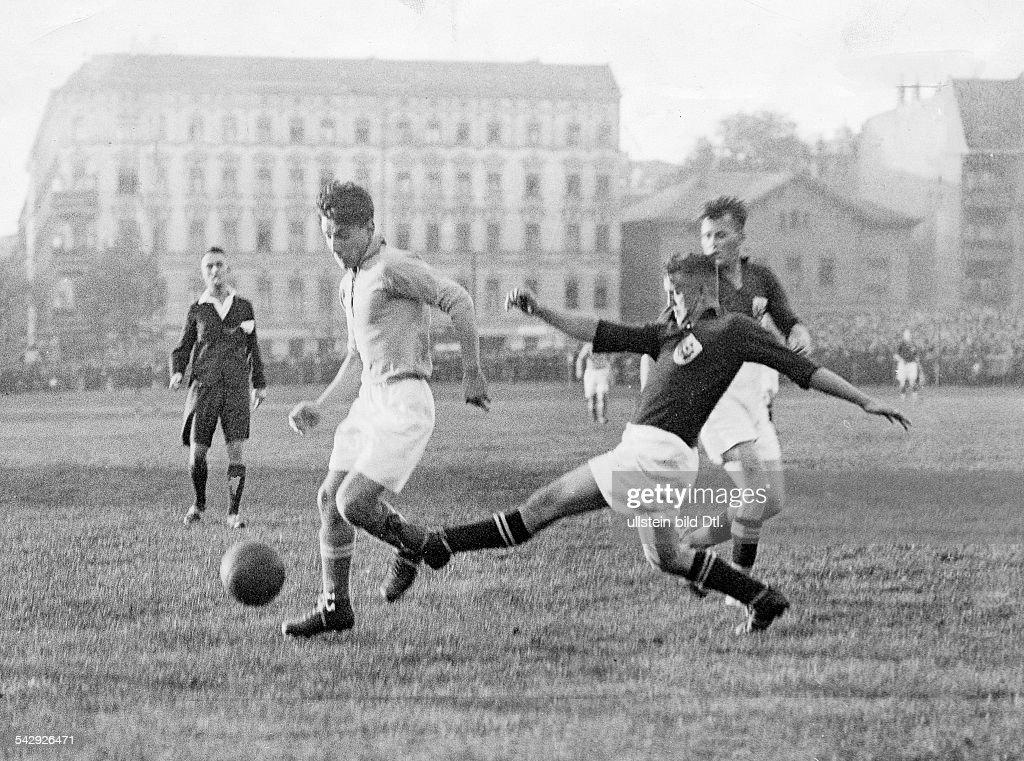 Fussballspiel Berliner Liga Mannschaften Spandauer SV gegen Viktoria November 1928erschienen in BZ