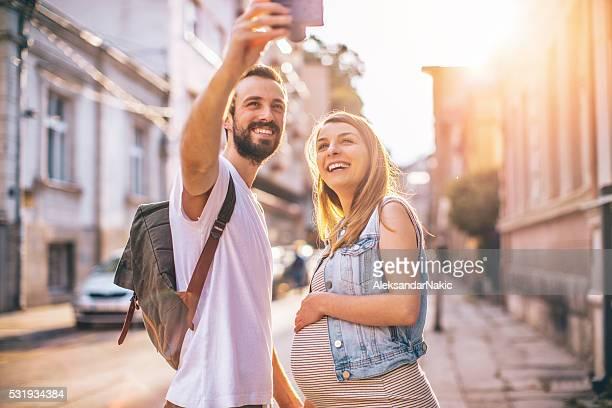 Futuri genitori facendo un selfie