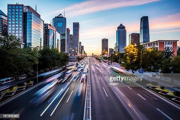 未来的な夕暮れ時の街