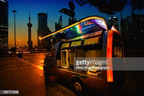 futuristic city : Bildbanksbilder