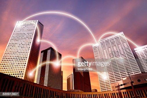 Futurista cidade com edifícios ligados em rede brilhante : Foto de stock