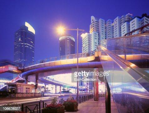 Futuristic elevated walkway in Shanghai, China. : Foto stock