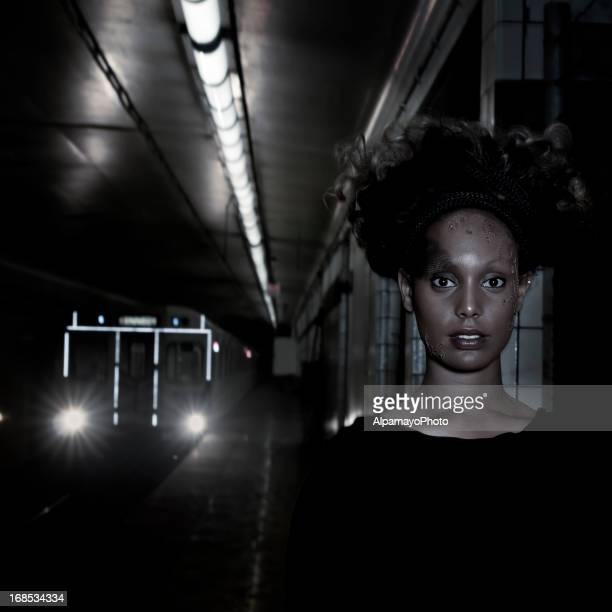 Le futur regarder femme avec la peau de la station de métro (VII) Art