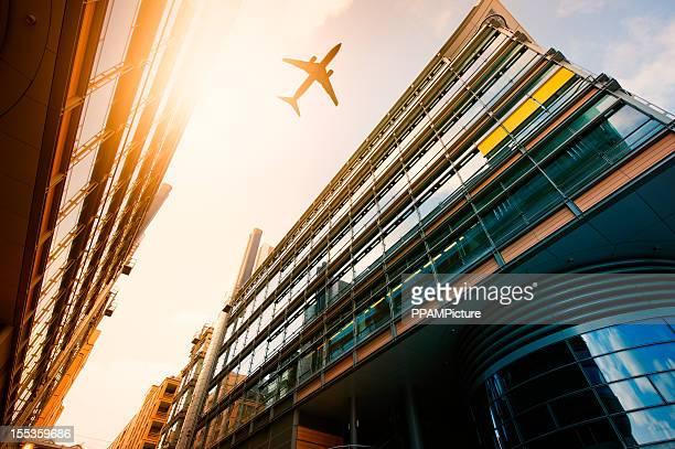 Futuristische Bürogebäuden mit einer Flugzeug-silhouette