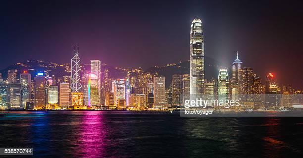 未来的な高層ビル、ネオンの夜の照明は混雑する街、中国香港