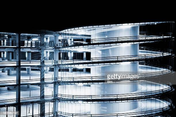 未来的なスパイラルランプ、複数階建ての駐車場の夜に点灯