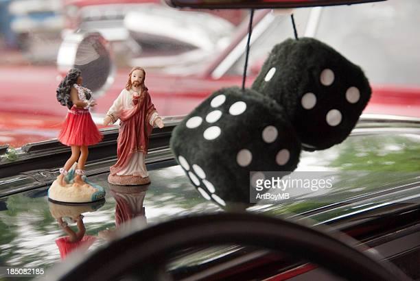 Stoffwürfel, Hula-Tänzer und Jesus
