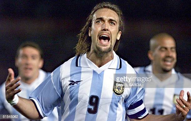 Gabriel Batistuta celebrates the first goal for Argentine with Cristian Gonzalez and Sebastian Veron in Buenos Aires Argentine 29 March 2000 AFP...