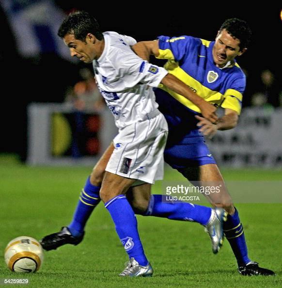 Gabriel Fernandez de Millonarios de Colombia y Diego Cagna de Boca Juniors de Argentina disputan el balon en Bogota el 2 de setiembre de 2005 durante...