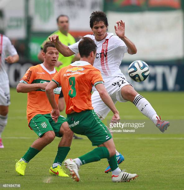 Gabriel Graciani of Estudiantes fights for the ball with Nicolás Tagliafico of Banfield during a match between Banfield and Estudiantes as part of...