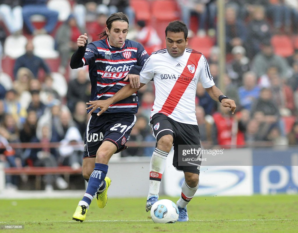 Gabriel Mercado of River Plate competes for the ball with Andrés Franzoia of Union de Santa Fe during a match between Union de Santa Fe and River Plate as part of the Torneo Final 2013 at 15 de Abril stadiun on May 19, 2013 in Santa Fe, Argentina.