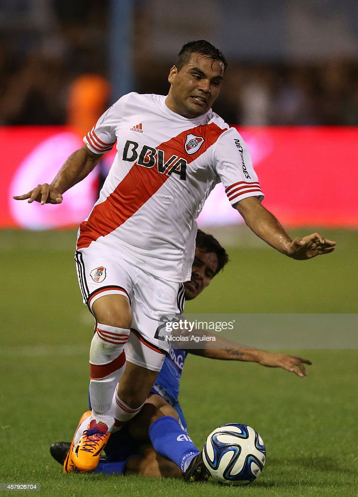 <a gi-track='captionPersonalityLinkClicked' href=/galleries/search?phrase=Gabriel+Mercado&family=editorial&specificpeople=4110696 ng-click='$event.stopPropagation()'>Gabriel Mercado</a> (R) of River Plate fights for the ball with German Rodriguez (L) of Atletico Rafaela during a match between Atletico Rafaela and River Plate as part of 13th round of Torneo de Transicion 2014 at Nuevo Monumental Stadium on October 26, 2014 in Rafaela, Argentina.