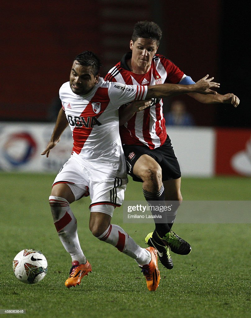 <a gi-track='captionPersonalityLinkClicked' href=/galleries/search?phrase=Gabriel+Mercado&family=editorial&specificpeople=4110696 ng-click='$event.stopPropagation()'>Gabriel Mercado</a> (L) of River Plate fights for the ball with Guido Carrillo of Estudiantes during a first leg match between Estudiantes and River Plate as part of quarter finals of Copa Total Sudamericana 2014 at Ciudad de La Plata Stadium on October 29, 2014 in La Plata, Argentina.