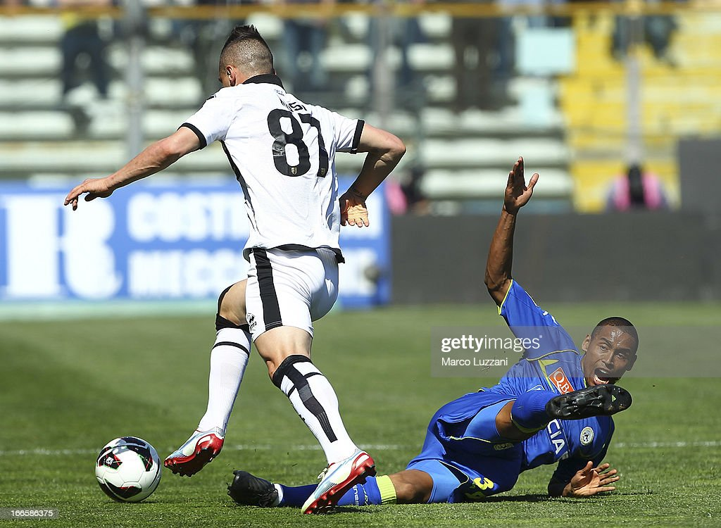Gabriel Moises Antunes Da Silva (L) of Udinese Calcio competes for the ball with Aleandro Rosi (R) of Parma FC during the Serie A match between Parma FC and Udinese Calcio at Stadio Ennio Tardini on April 14, 2013 in Parma, Italy.