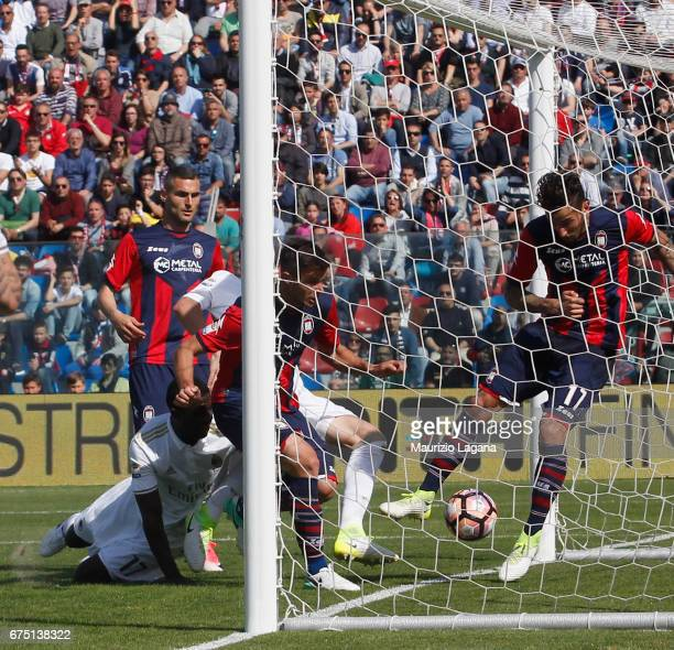 Gabriel Paletta of Milan scores the equaizing goal during the Serie A match between FC Crotone and AC Milan at Stadio Comunale Ezio Scida on April 30...