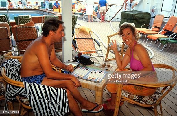 Gaby Dohm mit Ehemann Adalbert Plica am Rande der Dreharbeiten zur ZDFReihe 'Traumschiff' Folge 14 'Bali' Indonesien Asien Kreuzfahrt...
