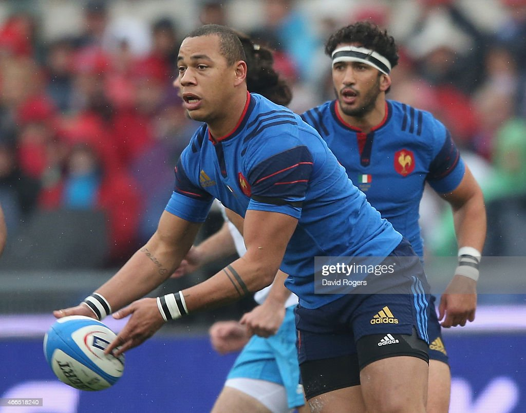 Gael Fickou of France passes the ball during the Six Nations match between Italy and France at the Stadio Olimpico on March 15, 2015 in Rome, Italy.