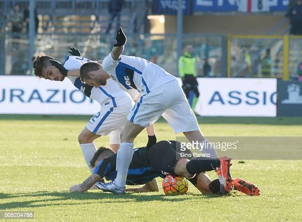 Gaetano Monachello of Atalanta BC compee with Alexis Telles and Marcelo Brozovic of Internazionale Milano during the Serie A match between Atalanta...
