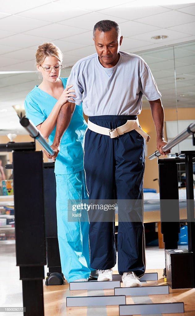 Andatura formazione di terapia fisica : Foto stock