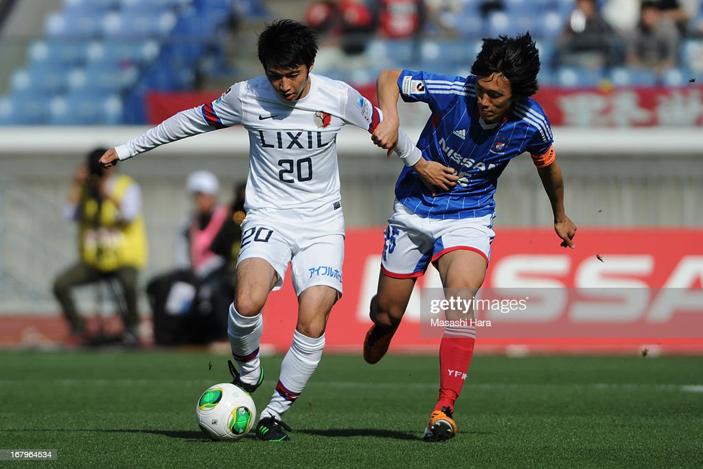 Gaku Shibasaki #20 (L) of Kashima Antlers and <a gi-track='captionPersonalityLinkClicked' href=/galleries/search?phrase=Shunsuke+Nakamura&family=editorial&specificpeople=242866 ng-click='$event.stopPropagation()'>Shunsuke Nakamura</a> #25 of Yokohama F.Marinos compete for the ball during the J.League match between Yokohama F.Marinos and Kashima Antlers at Nissan Stadium on May 3, 2013 in Yokohama, Kanagawa, Japan.