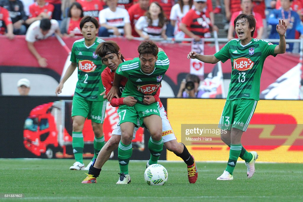 Gakuto Notsuda #37 of Albirex Nigata in action during the J.League match between Urawa Red Diamonds and Albirex Nigata at the Saitama stadium on May 14, 2016 in Saitama, Japan.
