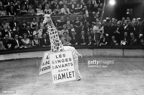 Gala Of The Union Of Artists 1953 Paris février 1955 lors de la soirée de gala de l'union des artistes un fausse girafe circule sur la piste en...
