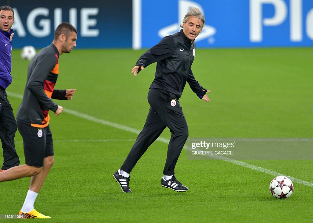 Galatasaray's newly appointed headcoach Roberto Mancini attends a training session on the eve of the Champion's League football match Juventus vs Galatasaray on October 1, 2013 in Turin. Mancini, sacked by Manchester City at the end of last season following a shock defeat to Wigan in the final of the FA Cup, signed a three-year contract to manage the struggling Turkish champions. AFP PHOTO / GIUSEPPE CACACE