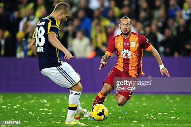 Galatasaray's Wesley Sneijder vies for the ball with Fenerbahce's Caner Erkin during the Turkish Sport Toto Super League football match Fenerbahce vs...