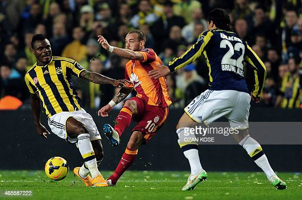 Galatasaray's Wesley Sneijder vies for the ball with Fenerbahce's Emmanuel Eminike during the Turkish Sport Toto Super League football match...