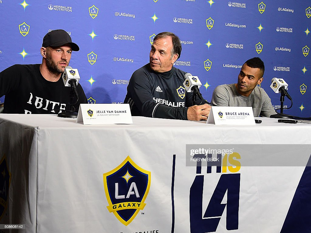 L.A. Galaxy head coach Bruce Arena (C) attends a press conference to introduce the Galaxy's newest players, English footballer Ashley Cole (R) and Belgian footballer Jelle Van Damme (L), at the StubHub Center, February 5, 2016 in Carson, California. / AFP / ROBYN