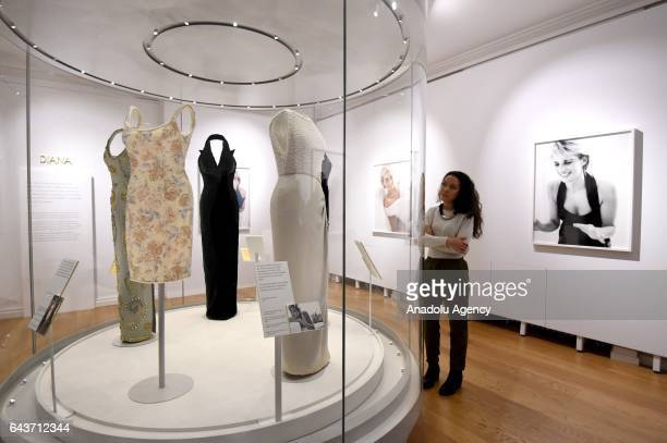 Exhibition Stand Assistant : Diana dresses photos et images de collection getty