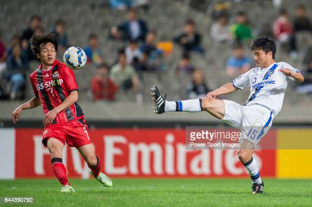 Gamba Osaka defender Konno Yasuyuki fights for the ball with FC Seoul Midfielder Kim Chiwoo during the 2015 AFC Champions League Round of 16 1st Leg...