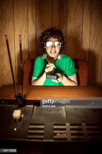 Giocatore Nerd giocare videogiochi su T.V.