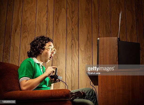 Giocatore Nerd giocare a videogiochi in TV