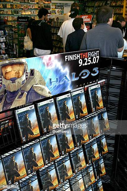 Gamers wait in line to buy copies of Halo 3 for Microsoft Corp's Xbox 360 gaming system at a GameStop store in Marina Del Rey California US Tuesday...