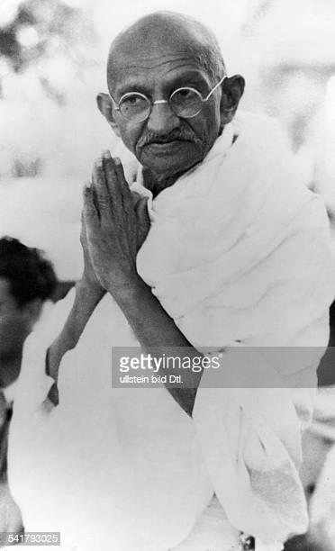 Gandhi Mahatma *02101869Politiker IndienFuehrer der indischen Unabhaengigkeitsbewegung gruesst die Bevoelkerung mit gefaltetenHaenden Maerz 1939