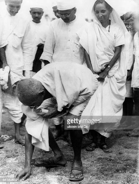 Gandhi Mahatma *02101869Politiker IndienFuehrer der indischen Unabhaengigkeitsbewegung auf dem Salzmarsch bei derverbotenen Salzgewinnung als Protest...