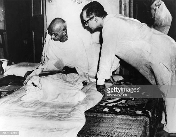 Gandhi Mahatma Politiker Indien Fuehrer der indischen Unabhaengigkeitsbewegung mit seinem Sekretaer nach einem 73stuendigen Protestfasten wegen...