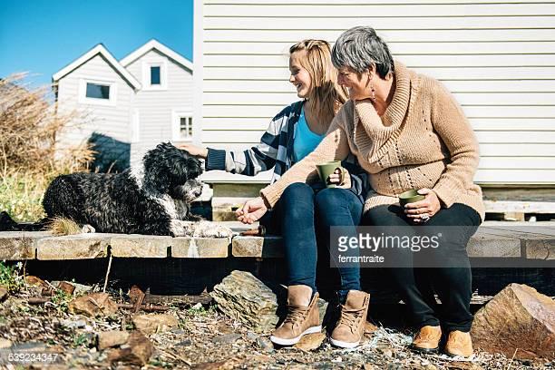 Ganmother und Enkelin Füttern Ihr Hund