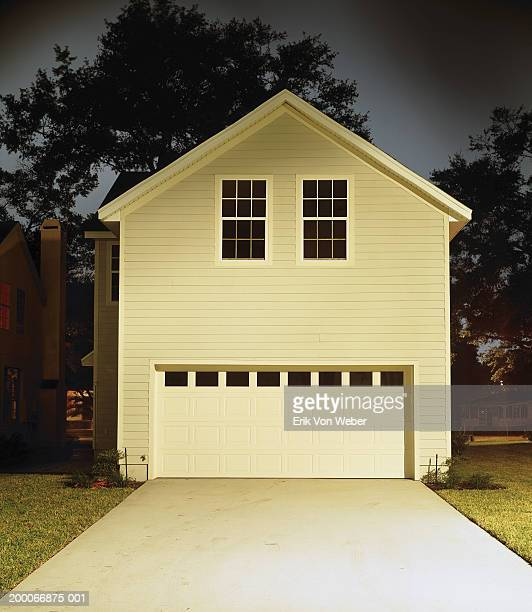 garage pour deux voitures photos et images de collection getty images. Black Bedroom Furniture Sets. Home Design Ideas