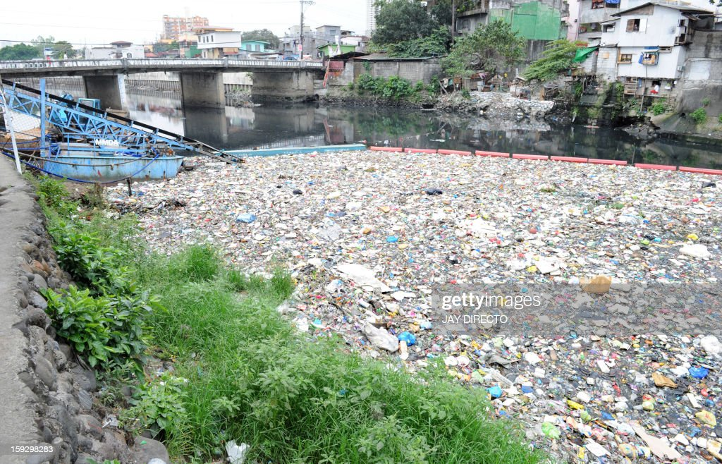 Garbage floats along San Juan river in Manila on January 11, 2013. The city's garbage disposal agency is trying to clean up the waterway by trapping solid waste thrown into the water by people living on slums along riverbanks upstream. AFP PHOTO / Jay DIRECTO