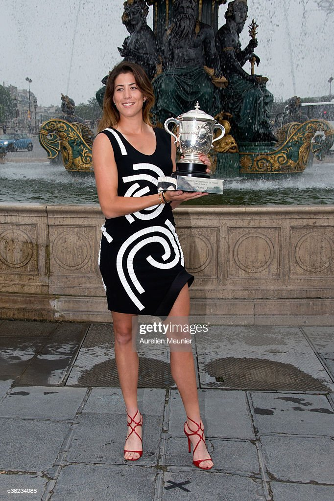 Oslafo 2016 - NOW WITH MOAR TITS - Página 2 Garbine-muguruza-of-spain-poses-with-la-coupe-suzanne-lenglen-after-picture-id538234088