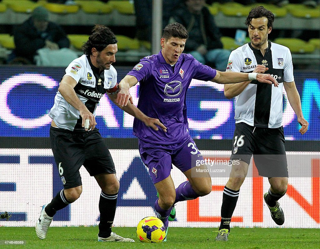 Garcia Mario Gomez (C) of ACF Fiorentina competes with Alessandro Lucarelli (L) and <a gi-track='captionPersonalityLinkClicked' href=/galleries/search?phrase=Marco+Parolo&family=editorial&specificpeople=6474753 ng-click='$event.stopPropagation()'>Marco Parolo</a> (R) of Parma FC during the Serie A match between Parma FC and ACF Fiorentina at Stadio Ennio Tardini on February 24, 2014 in Parma, Italy.