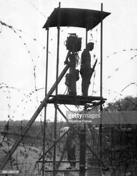 Garde dans le mirador à l'entrée du camp de Poppendorf où les émigrants juifs sont envoyés par les Anglais après l'arraisonnement du navire à...